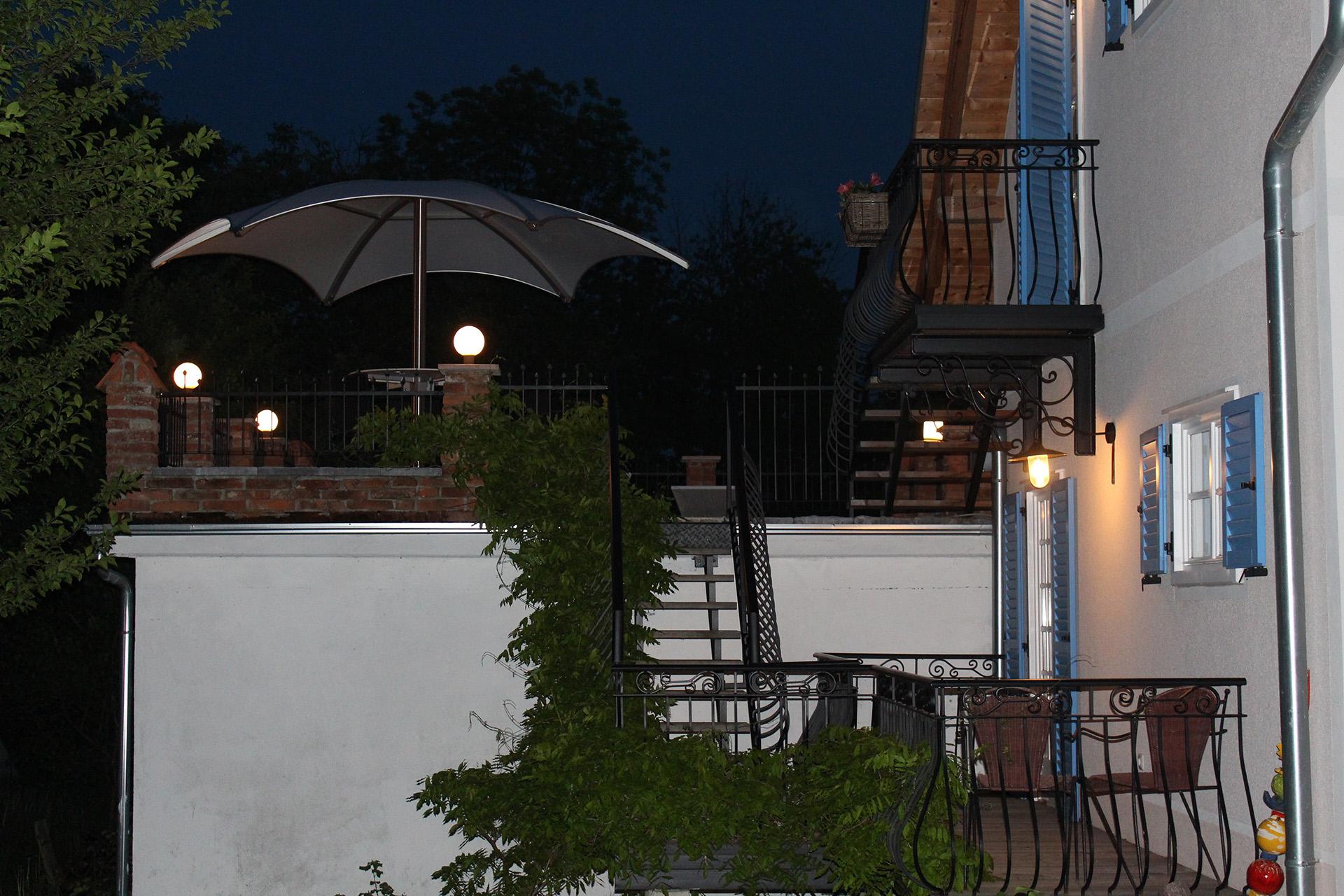 Die Terrasse des Cottage mit Abendbeleuchtung